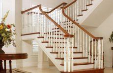 Открытая лестница в интерьере гостиной